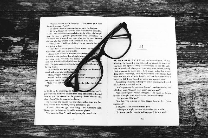 Aufgeschlagenes Buch und Brille