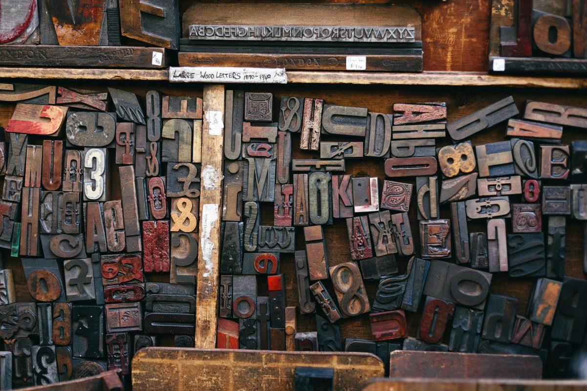 Marketing-Text und verschiedene Buchstabenstempel