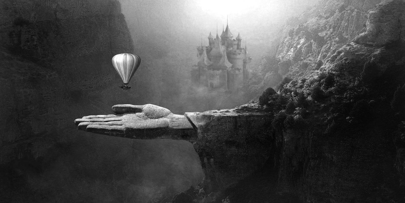 Fantasiebild mit Heißluftballon und versteinerter Hand
