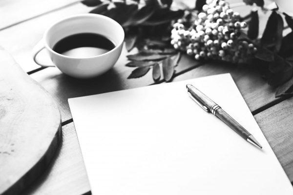 Leeres Papier und Kaffee der Anfang vom Schreiben