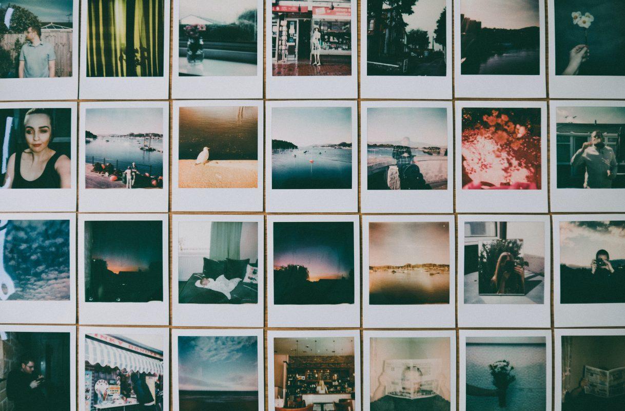 Wand beklebt mit Polaroidfotos, die wie Storytelling auch Geschichten erzählen