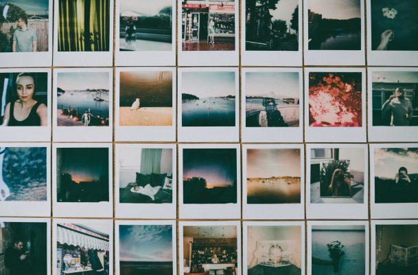 Wand beklebt mit Polaroidfotos