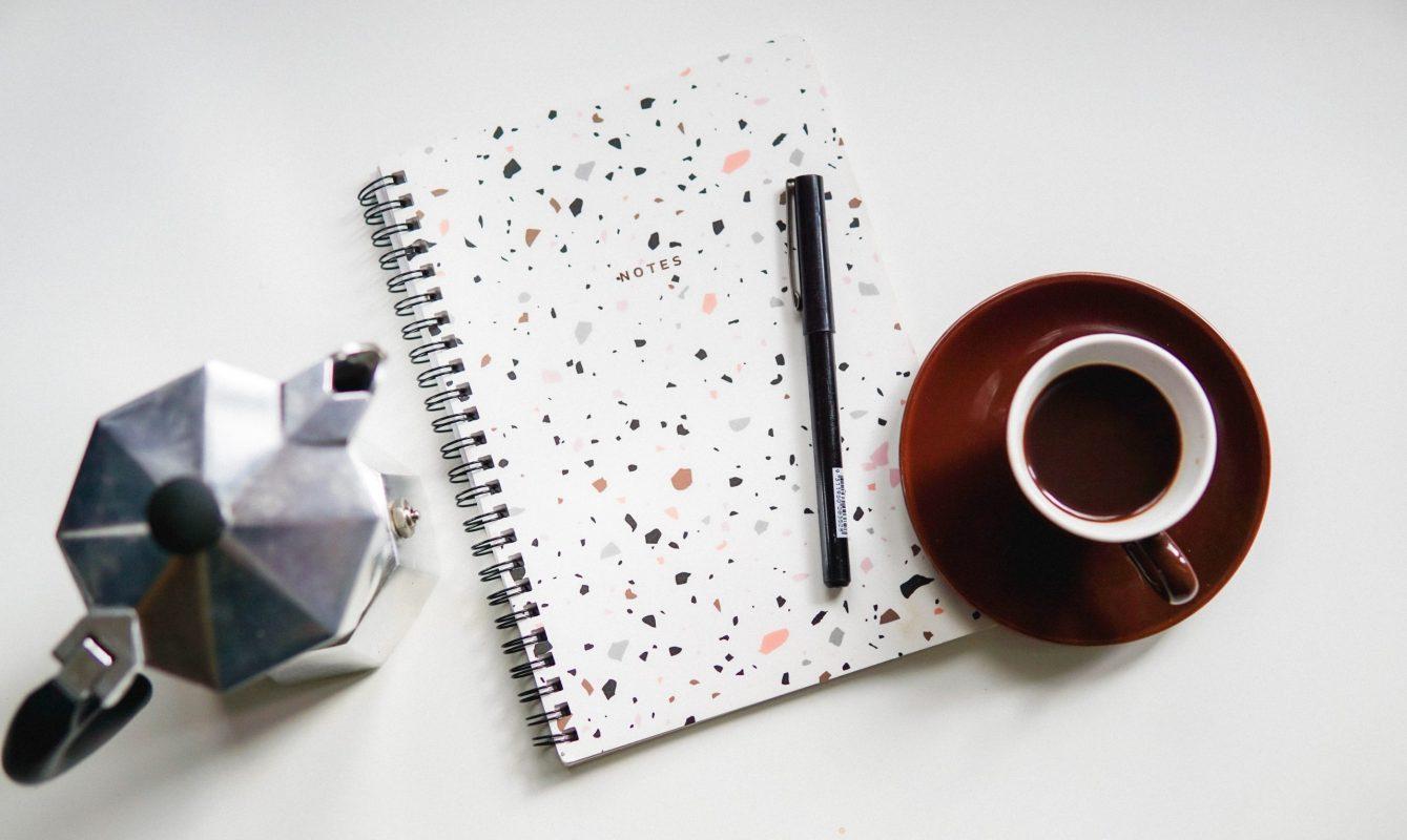 Kaffee und Notizbuch