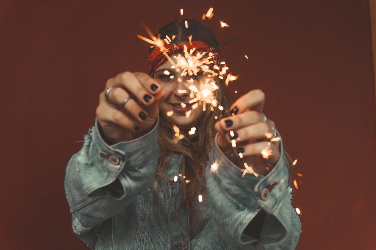 Mädchen mit Leuchtkerzen erzählt eine Geschichte - ebenso wie Storytelling Marketing