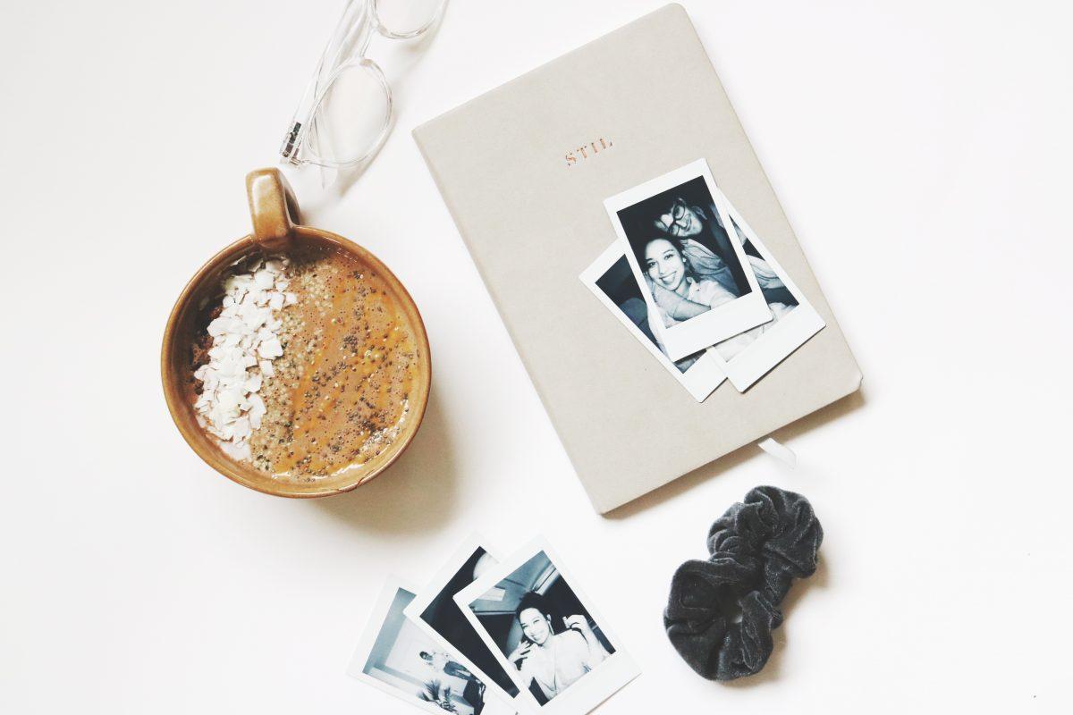 Kreatives Schreiben - Notizbuch und Polaroidfotos für Journalling