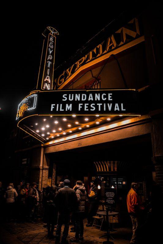 beleuchteter Kinoeingang zum Anlass eines Filmfestivals