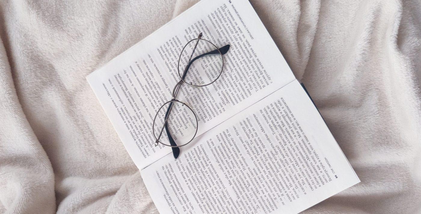 Offenes Buch und Lesebrille