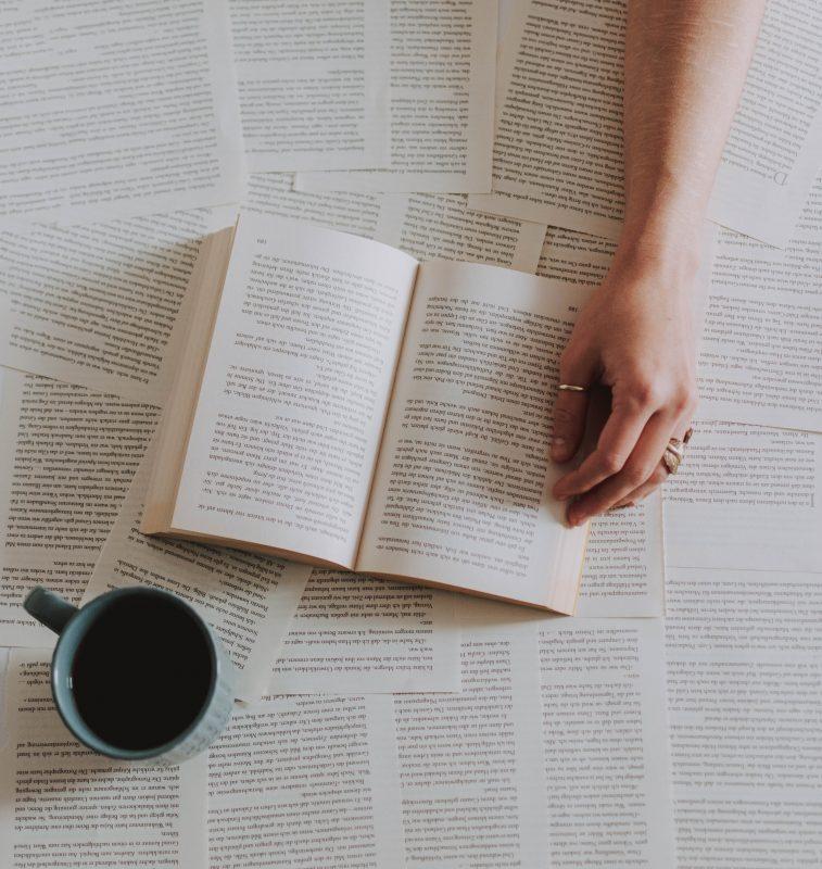 Aufgeschlagenes Buch und Kaffeetasse
