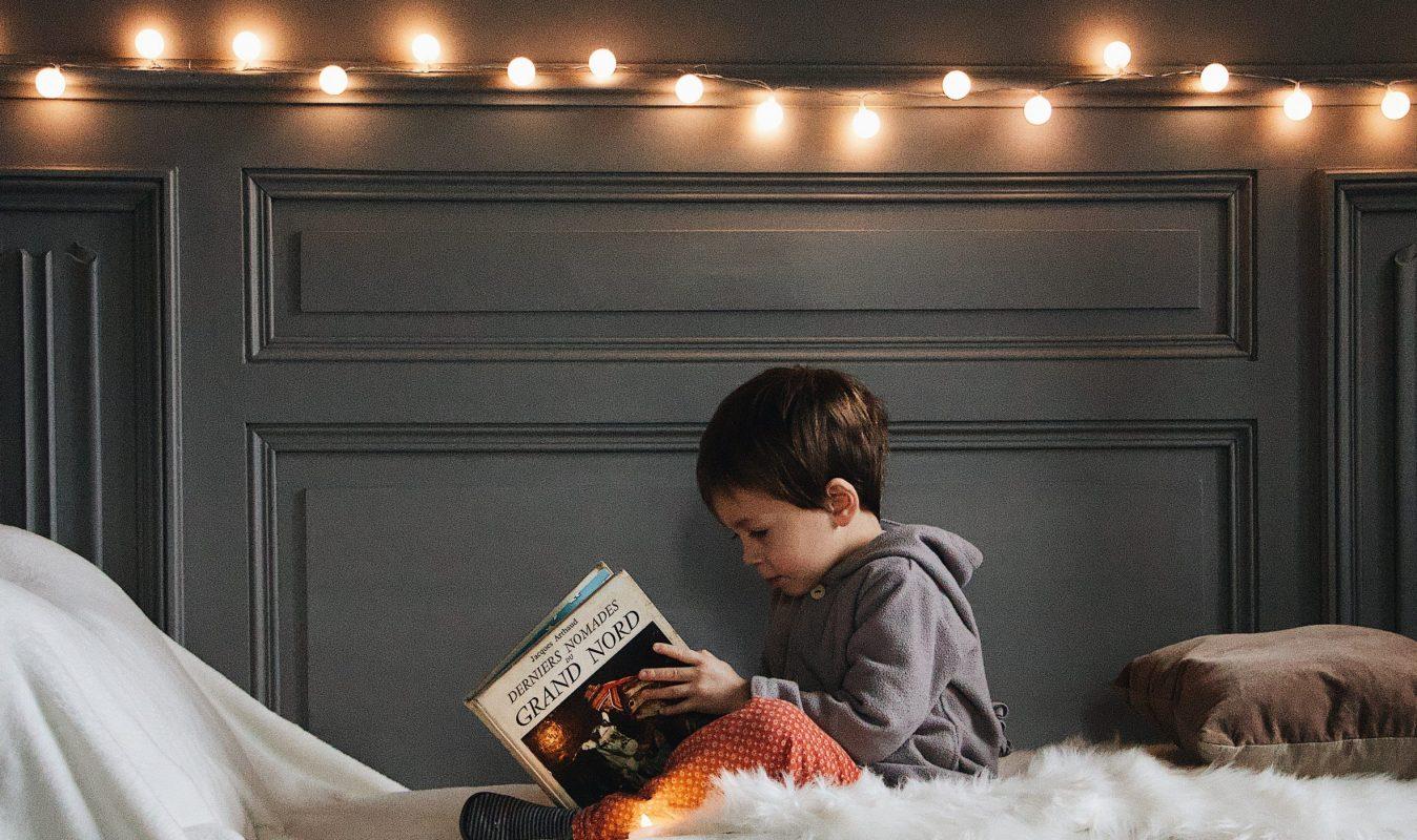 Junge liest in einem Buch