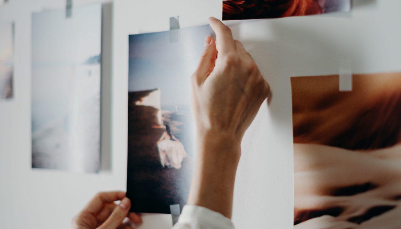 Jemand gestaltet ein Plakat mit Bildern