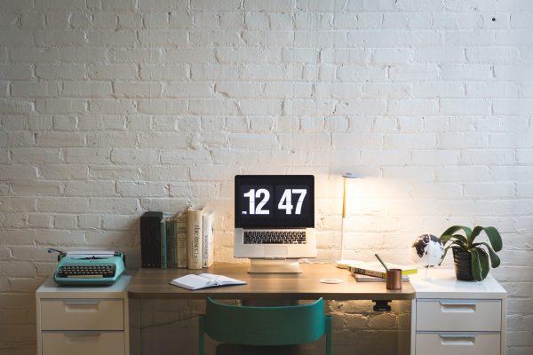 Eingerichteter Arbeitsplatz am Schreibtisch